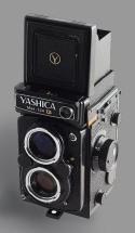 348px-Yashica_mat_124G_-_WLF_ouvert2